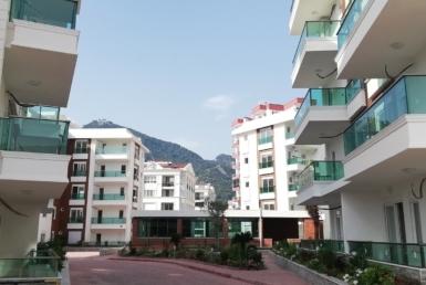 مجتمع مسکونی نوساز در کنیالتی آنتالیا با دید کوه